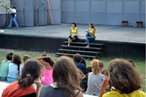 """Αφήγηση του παραμυθιού """"Ο Πελοπίδας και η Ντάλια"""" από τους Παραμυθάδες κατά την έναρξη του φεστιβάλ στο Φρούριο της Καβάλας."""