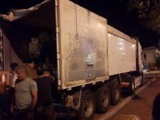 Περισσότεροι από 50 εθελοντές βοηθάνε να φορτωθεί το δεκάμετρο φορτηγό που θα τα μεταφέρει στη Μυτιλήνη